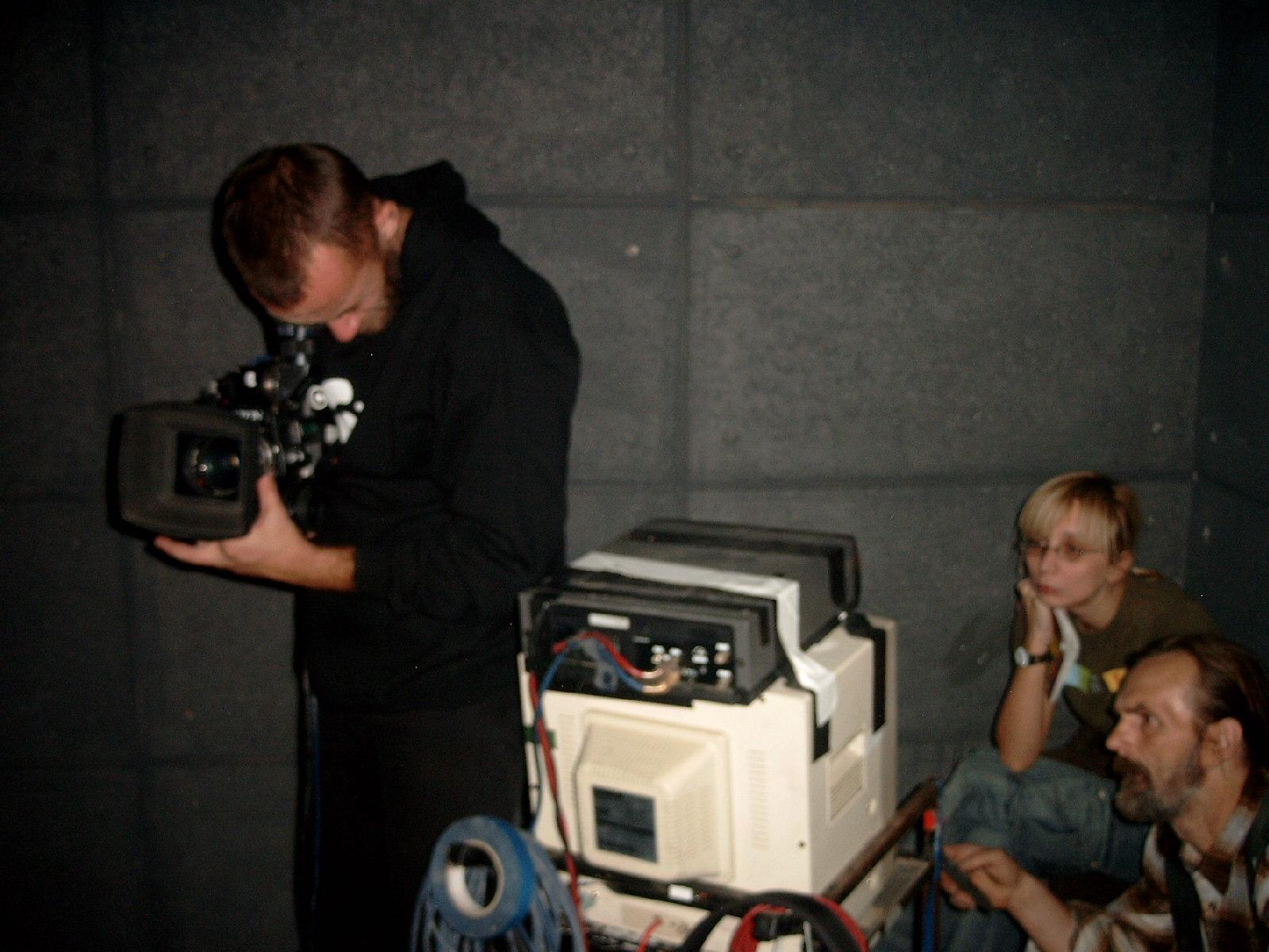 Regizoarea Andreea Paduraru la video assist si directorul de imagine Tudor Lucaciu la camera