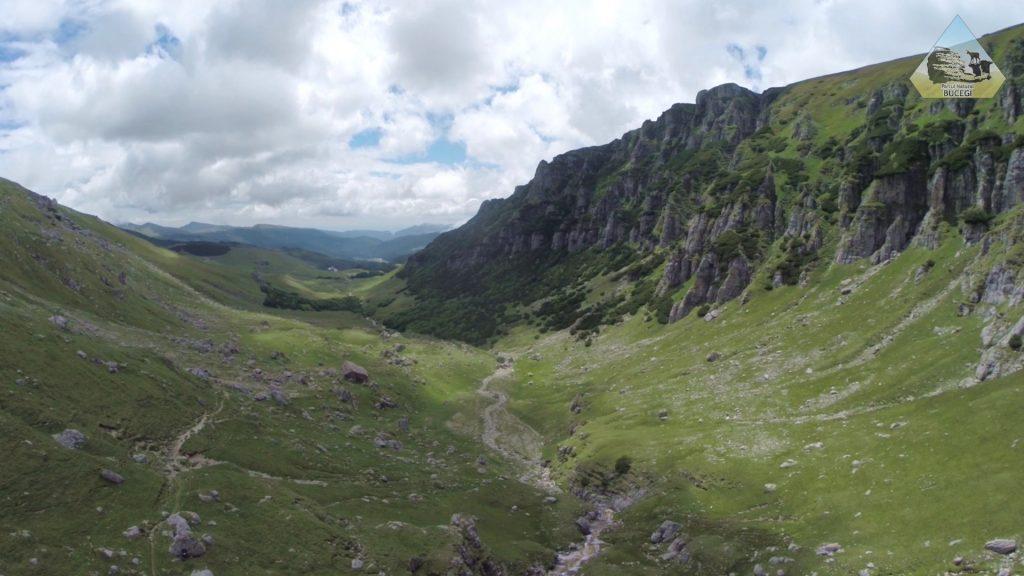 Aici drona se afla deasupra cascadei Obarsia Ialomitei, privind la valea spre Pestera / Padina