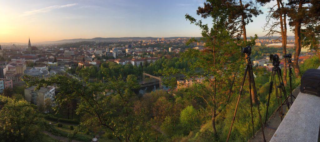 Trei aparate stau la panda in Cluj pentru rasaritul de soare.